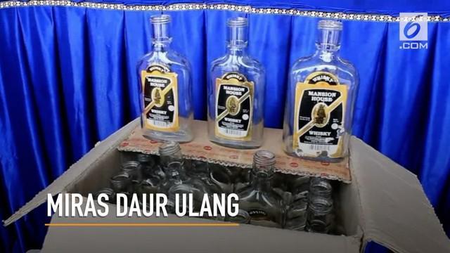 Seorang pemuda di Pekanbaru, memproduksi miras tiruan dan mengemasnya ke  dalam botol bekas.