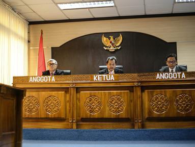 Pimpinan Sidang, Yhannu Setyawan (tengah) membacakan putusan di Komisi Informasi Publik, Jakarta, Rabu (29/7/2015). Sidang dengan agenda dokumen pemecatan Letjen Prabowo Subianto antara Pemohon KontraS dan termohon Mabes TNI. (Liputan6.com/Faizal Fanani)