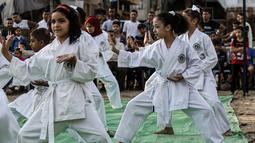 Sejumlah anak perempuan menunjukkan keterampilannya selama upacara promosi Karate di sebuah pusat olahraga di kamp Rafah untuk pengungsi Palestina di Jalur Gaza selatan (20/9/2019). (AFP Photo/Said Khatib)
