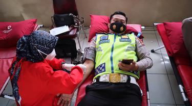 Salah seorang anggota lantas Polres Tasikmalaya, Jawab tengah melakukan aksi donor darah dalam HUT Lalu Lintas ke 66 tahun ini.