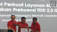 Edward Ying Direktur Transformasi dan Planning Telkomsel, Ririek Adriansyah Dirut Telkomsel, dan  Bob Apriawan Diretur Network Telkomsel dalam konferensi pers frekuensi TDD 2.300Mhz di Jakarta, Selasa (28/11/2017).