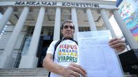 Pemohon pengajuan uji materi Pasal 222 UU No.7 Tahun 2017, Hadar Nafis Gumay menunjukkan berkas permohonan uji materi syarat ambang batas pencalonan presiden. di depan Gedung Mahkamah Konstitusi, Jakarta, Kamis (21/6). (Liputan6.com/Helmi Fithriansyah)