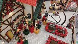 Suasana dekorasi natal menghiasi Lippo Mall Puri, Jakarta, Kamis (29/11). Menyambut libur sekolah dan Natal, Lippo Malls Indonesia menggelar kegiatan dengan tema Holiday Sensation. (Liputan6.com/Fery Pradolo)