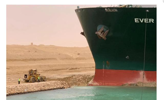 Sebuah kapal kontainer raksasa dengan panjang empat lapangan sepak bola terjepit di Terusan Suez Mesir. Foto: AFP