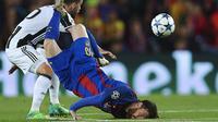 Striker Barcelona, Lionel Messi, terjatuh saat berebut bola dengan gelandang Juventus, Miralem Pjanic, pada leg kedua perempat final Liga Champions di Camp Nou, Rabu (19/4/2017). Skor berkahir imbang 0-0. (EPA/Alejandro Garcia)