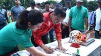Presiden Joko Widodo membukukan tanda tangan saat meresmikan lapangan sepak bola ABC di kawasan Gelora Bung Karno, Jakarta, Sabtu (2/12/2017). Presiden meresmikan empat venue yang akan digunakan untuk Asian Games 2018. (Biro Pres Setpres/Rustam)