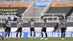 Para pemain Newcastle United tampak kecewa usai ditaklukkan Arsenal pada laga Liga Inggris di Stadion St James' Park, Minggu (2/5/2021). Arsenal menang dengan skor 2-0. (Stu Forster/Pool via AP)