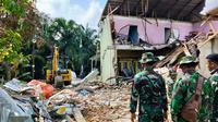 Puing-puing rumah rusak karena tertimpa pesawat jatuh dibersihkan oleh personel Lanud Roesmin Nurjadin. (Liputan6.com/M Syukur)