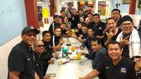 Indra Sjafri saat mentraktir makan rekannya di kursus AFC Pro di Batu, Malang. (Bola.com/Iwan Setiawan)