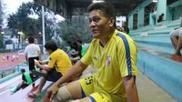 Ketua Asosiasi Asprov PSSI, Gusti Randa bersiap untuk bermain bola usai bercerita pengunduran dirinya sebagai anggota Exco PSSI di Lapangan Sumantri Brojonegoro, Jakarta, Kamis (21/4/2016). (Bola.com/Nicklas Hanoatubun)
