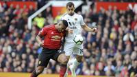 Bek Manchester United, Antonio Valencia, berebut bola dengan pemain Wolverhampton Wanderers, Jonny Otto, pada laga Premier League, di Stadion Old Trafford, Sabtu (22/9/2018). Manchester United ditahan 1-1 oleh Wolverhampton. (AP/Rui Vieira)