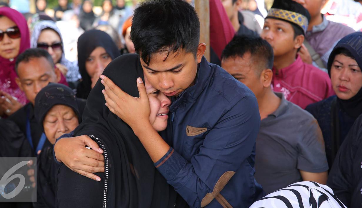 Anak artis komedi Tukul Arwana, Novita Eka Afriana menangis saat pemakaman ibunya, Susiana, di TPU Tanah Kusir, Jakarta, Rabu (24/8). Susiana dinyatakan mengembuskan napas terakhirnya pada Selasa (23/8) pukul 18.00 WIB. (Liputan6.com/Immanuel Antonius)