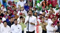 Capres nomor urut 01 Joko Widodo atau Jokowi memberi pidato politik saat kampanye di Probolinggo, Jawa Timur, Rabu (10/4). Jokowi yakin perolehan suaranya bersama Ma'ruf Amin bisa mencapai 70 persen. (Liputan6.com/Pool/Media Jokowi-Amin)