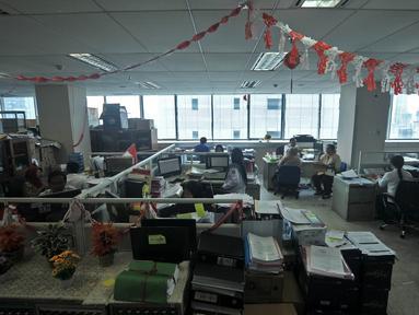 Pegawai Pemprov DKI Jakarta melakukan aktivitas kerja di Balai Kota, Jakarta, Rabu (2/1). Berdasarkan data absensi, dari total 65.332 pegawai PNS se-DKI, hanya 28.526 yang hadir pada hari pertama kerja di tahun 2019. (Merdeka.com/Iqbal S. Nugroho)