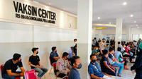 Warga mengantri di Vaksin Center Polda Riau untuk bisa menerima vaksin Covid-19. (Liputan6.com/M Syukur)