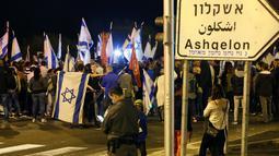 Warga berdemonstrasi menentang gencatan senjata dengan Hamas di Kota Ashkelon Selatan, Israel, Rabu (14/11). Warga ingin militer mengambil tindakan lebih lanjut terhadap Hamas. (JACK GUEZ/AFP)