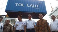Menteri Perhubungan Ignasius Jonan bersama dengan Menteri Perdagangan Thomas Lembong meresmikan peluncuran Tol Laut di Pelabuhan Tanjung Priok, Jakarta, Rabu (4/11/2015). (Foto: Ilyas Istianur/Liputan6.com)