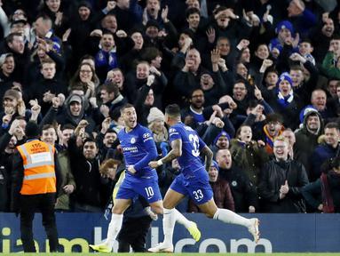 Gelandang Chelsea, Eden Hazard, melakukan selebrasi usai membobol gawang Bournemouth pada laga Piala Liga Inggris di Stadion Stamford Bridge, Kamis (20/12). Chelsea menang 1-0 atas Bournemouth. (AP/Alastair Grant)