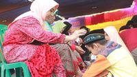 Isak Tangis Pecah Saat Siswa di Sumenep Basu Kaki Ibu (FOTO: Liputan6.com/Mohamad Fahrul)