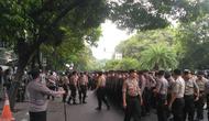 Ribuan polisi menggelar apel di depan Gedung KPU, Jumat (21/9/2018). (Merdeka.com/Ronald)