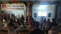 Nampak kerumunan massa masih terjadi di kantor KPUD Tasikmalaya, Jawa Barat untuk melihat hasil perkembangan perhitungan cepat suara tiap calon. (Liputan6.com/Jayadi Supriadin)