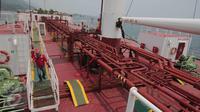 Pekerja melakukan pengecekan kapal M.T Jhon Caine yang digunakan untuk menyuplai BBM di Terminal BBM Panjang, Bandar Lampung, Selasa (6/10/2015). Terminal BBM Panjang akan menjadi Integrated End to End Pertama di Indonesia. (Liputan6.com/Angga Yuniar)