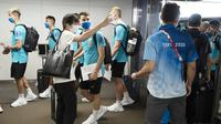Para pemain Timnas Brasil yang baru tiba di Bandara Internasional Narita langsung diserbu fans yang meminta tandangan tangan maupun foto bersama. (Foto:AFP/Charly Triballeau)