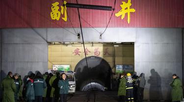 Tim penyelamat dan staf menunggu di luar lokasi ledakan tambang batu bara di Pingyao, di provinsi Shanxi utara China (19/11/2019). Kantor berita resmi China, Xinhua melaporkan ledakan tambang batu bara menewaskan 15 orang. (AFP Photo)