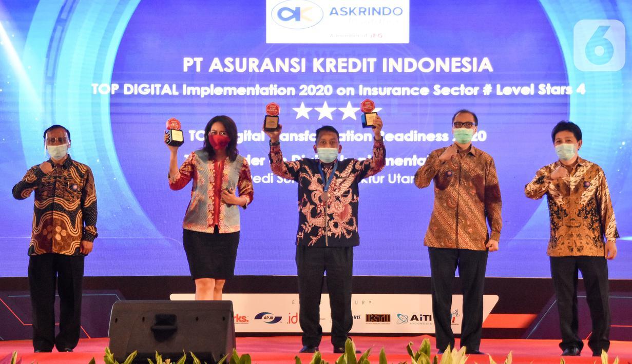Corporate Communication PT Askrindo Sri Lukmiyati (kedua kiri) dan Senior Executive VP Teknologi Informasi S. Djoko Setiono (tengah) menerima penghargaan acara TOP Digital Awards 2020 yang diselenggarakan majalah It Works di Jakarta, Kamis (23/12/2020). (Liputan6.com/Pool/Askrindo)