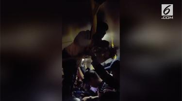 Seorang kondektur bus menggumpulkan ongkos penumpang dengan cara unik di Filipina. Ia bergelantungan di atas bus hingga dijuluki Spiderman oleh penumpang.