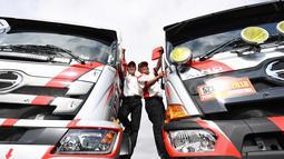 Yoshimasa Sugawara dan putranya Teruhito Sugawara saat pemeriksaan teknis jelang Reli Dakar di Lima (3/1). Truk yang digunakan Yoshimasa Sugawara mampu finish ke-23 katergori truk umum dan peringkat kedua under 10 litre class. (AFP Photo/Franck Fife)