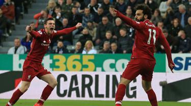 Gelandang Liverpool, Mohamed Salah, merayakan gol yang dicetaknya ke gawang Newcastle pada laga Premier League di Stadion St James Park, Newcastle, Sabtu (5/5). Newcastle kalah 2-3 dari Liverpool. (AFP/Lindsey Parnaby)