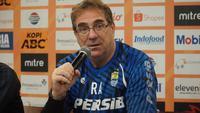 Pelatih Persib Bandung Robert Rene Alberts mengungkapkan kondisi terkini Omid Nazari usai mendapat cedera pelipis. (Liputan6.com/Huyogo Simbolon)