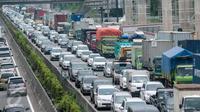 Ratusan kendaraan roda empat antre di dua arah Tol Jakarta-Cikampek, Bekasi, Sabtu (25/3). Kepadatan juga terjadi dari Jakarta menuju arah Bandung tersebut disebabkan banyaknya warga yang akan berlibur panjang. (Liputan6.com/Gempur M. Surya)