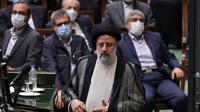 Presiden baru terpilih Iran Ebrahim Raisi berdiri di podium saat upacara pengambilan sumpah di parlemen Iran di ibukota Teheran pada 5 Agustus 2021. (Atta KENARE / AFP)