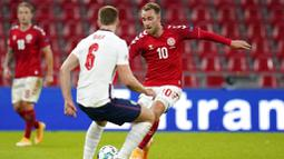 Gelandang Denmark, Christian Eriksen, berusaha melewati pemain Inggris, Eric Dier, pada laga UEFA Nations League di Stadion Parken, Rabu (9/9/2020). Kedua tim bermain imbang 0-0. (Liselotte Sabroe/Ritzau Scanpix via AP)