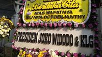 Karangan bunga duka cita Presiden Jokowi hingga rekan selebriti penuhi rumah duka. (Syifa Ismalia/Fimela.com)