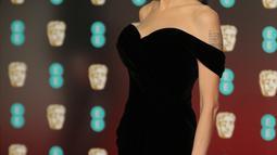 Aktris Angelina Jolie berpose saat tiba di BAFTA Awards 2018 di London, Inggris (18/2). Angelina tampil cantik dan seksi mengenakan gaun berwarna hitam dengan pundak terbuka. (Photo by Vianney Le Caer/Invision/AP