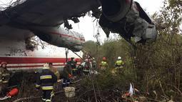 Tim penyelamat memeriksa lokasi kecelakaan pesawat kargo Antonov-12 di Lviv, Ukraina, Jumat (4/10/2019). Pesawat Ukraina Air Alliance itu kehabisan bahan bakar sebelum memutuskan mendarat di Lviv. (HANDOUT/UKRANIAN EMERGENCY MINISTRY/AFP)