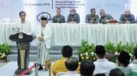 Pasangan capres-cawapres Joko Widodo (kiri) dan Ma'ruf Amin (dua kiri) memberikan pidato usai mengambil nomor urut peserta Pemilu 2019 di Kantor KPU, Jakarta, Jumat (21/9). Pasangan Jokowi-Ma'ruf mendapatkan nomor urut 01. (Liputan6.com/Faizal Fanani)
