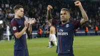 Pemain PSG, Dani Alves mencetak satu gol saat timnya menang atas Bayern Munchen pada laga grup B Liga Champions di Parc des Princes stadium, Paris,(27/9/2017). PSG menang 3-0.(AP/Christophe Ena)