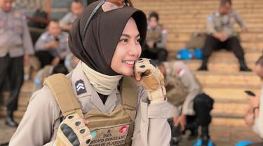 Hikma Nur Syafa atau yang kerap disapa Briptu Imah ini tengah menjadi sorotan publik karena dirinya yang terlihat mirip dengan artis cantik Pevita Pearce. (Liputan6.com/IG/hikmanursyaa)