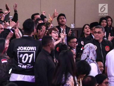 Para pendukung Capres No urut 01, Joko Widodo memadati Debat Capres di Hotel Sultan, Jakarta, Minggu (17/2). Debat mengusung tema pangan, energi, infrastruktur, sumber daya alam, dan lingkungan hidup. (Liputan6.com/Faizal Fanani)