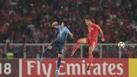 Pemain Persija Jakarta, Rezaldi Hehanussa (kanan) saat melawan Johor Darul Ta'zim pada laga Piala AFC 2018 di Stadion Utama Gelora Bung Karno, Jakarta, Selasa (10/4/2018). Persija Jakarta menang 4-0.  (Bola.com/Nick Hanoatubun)