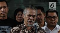 Tersangka kasus narkoba yang juga aktor senior Tio Pakusadewo memberikan keterangan kepada awak media sebelum dibawa ke Kejaksaan Negeri Jakarta Selatan di Direktorat Reserse Narkoba Polda Metro Jaya, Jakarta, Selasa (3/4). (Liputan6.com/Faizal Fanani)