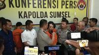 Kapolda Sumsel Irjen Pol Zulkarnain Adinegara menginterogasi MA, salah satu pembunuh IN di Kabupaten Ogan Ilir Sumsel (Liputan6.com / Nefri Inge)