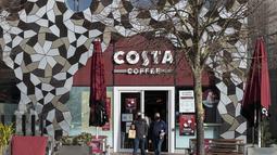 Orang-orang yang mengenakan masker terlihat keluar dari sebuah kedai kopi di London, Inggris (12/11/2020). Inggris melaporkan 33.470 kasus baru COVID-19, yang merupakan peningkatan harian tertinggi sejak pandemi merebak, menurut data resmi yang dirilis pada Kamis (12/11). (Xinhua/Han Yan)