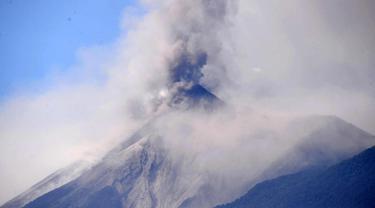Gunung Fuego mengeluarkan abu terlihat dari kota Antigua, Sacatepequez, 45 km tenggara Kota Guatemala (1/2). Gunung yang terletak 35 kilometer tenggara ibukota Guatemala, meningkat aktivitas letusannya sampai di beberapa desa. (AFP Photo/Johan Ordonez)