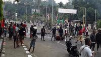 Para pengunjuk rasa turun ke jalan di Manokwari, Papua pada 19 Agustus 2019. (AFP Photo/STR)
