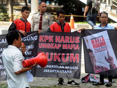 Masyarakat Peduli Keadilan berorasi saat berunjuk rasa di depan Gedung KPK, Jakarta, Senin (4/2). Massa mendesak KPK memeriksa mafia hukum kasus suap mantan Panitera PN Jakarta Utara Rohadi terhadap peringanan vonis Saipul Jamil. (Merdeka.com/Dwi Narwoko)